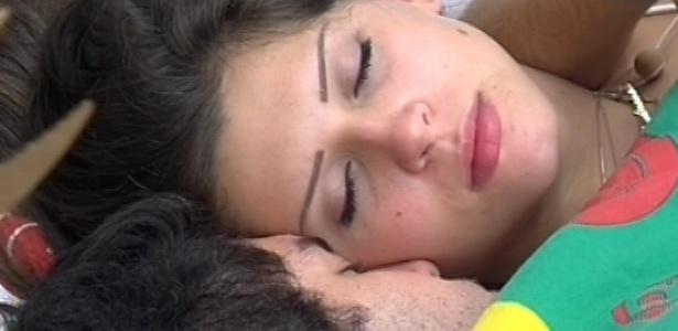 12.mar.2013 - O casal Nasser e Andressa voltam para a cama em dia de paredão