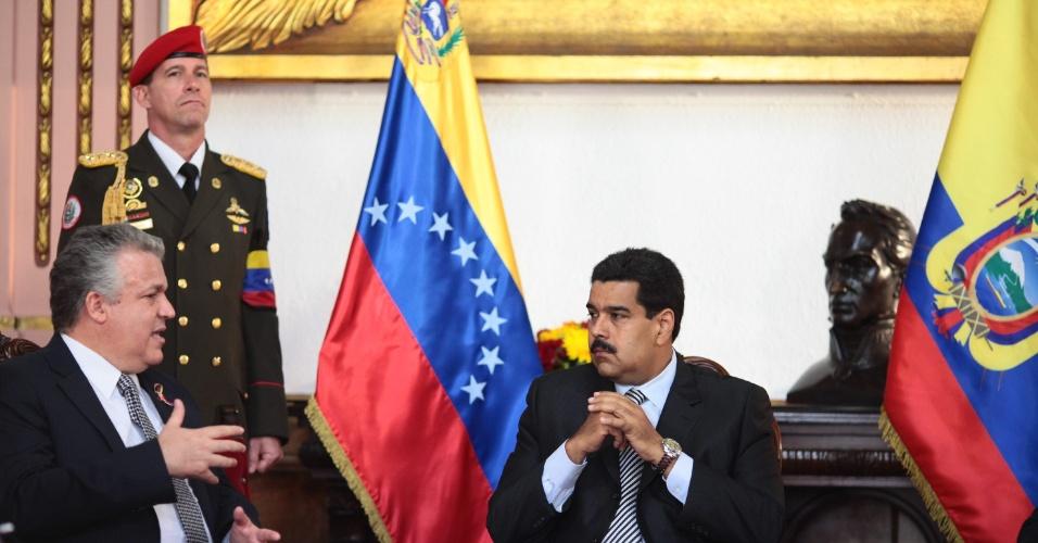 12.mar.2013 - O presidente encarregado da Venezuela, Nicolas Maduro (à dir.), se encontra com o embaixador do Equador Leonardo Arigaza, no Palácio Miraflores, em Caracas, nesta terça-feira. Maduro concorrerá às eleições presidenciais do país em 14 de abril, após a morte do então presidente venezuelano Hugo Chávez, em 5 de março