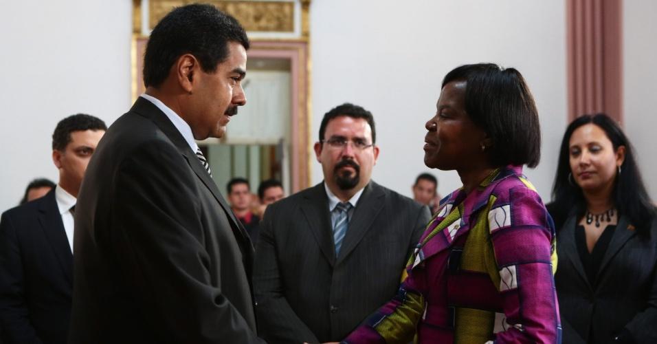 12.mar.2013 - O presidente encarregado da Venezuela, Nicolas Maduro (à esq.), cumprimenta a embaixatriz da África do Sul, Thaninga Pandit Shope-Linney, no Palácio Miraflores, em Caracas, nesta terça-feira. Maduro concorrerá às eleições presidenciais do país em 14 de abril, após a morte do então presidente venezuelano Hugo Chávez, em 5 de março