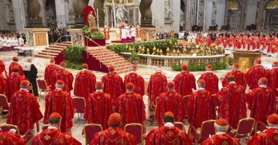 12.mar.2013 - Os 115 cardeais que vão eleger o novo papa participam da missa