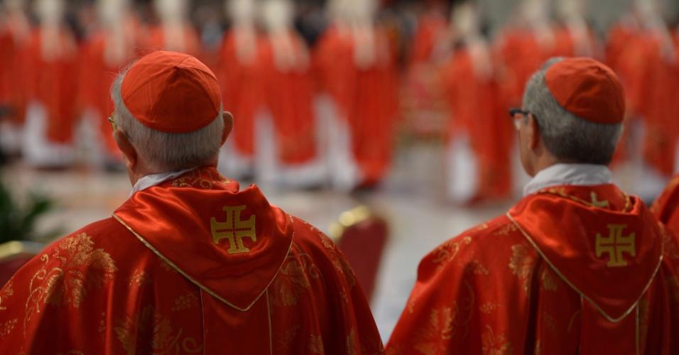 12.mar.2013 - Os 115 cardeais que vão eleger o novo papa  prestam atenção no discurso do decano Angelo Sodano durante a missa