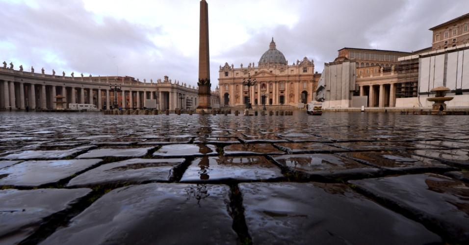 12.mar.2013 - Praça São Pedro, no Vaticano, aguarda a chega de fiéis, ansiosos por um improvável resultado para o conclave, em seu primeiro dia