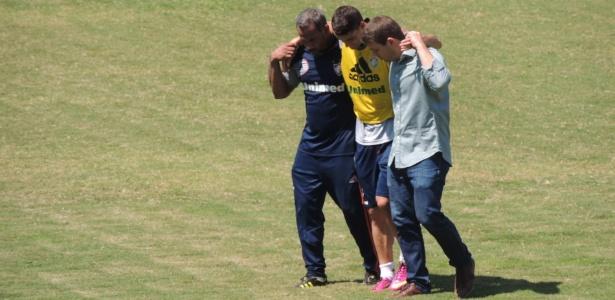 Thiago Neves deixa treino do Fluminense com dores na perna esquerda