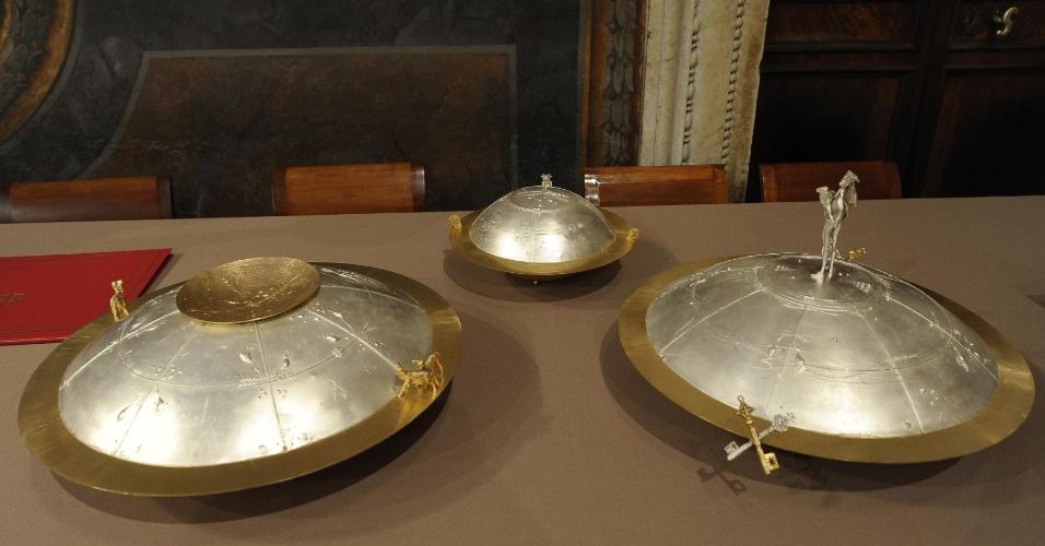 12.mar.2013 - Urnas onde os cardeais colocam seus votos já estão preparadas na Capela Sistina, no Vaticano, no dia que marca o início do conclave que vai eleger o novo papa