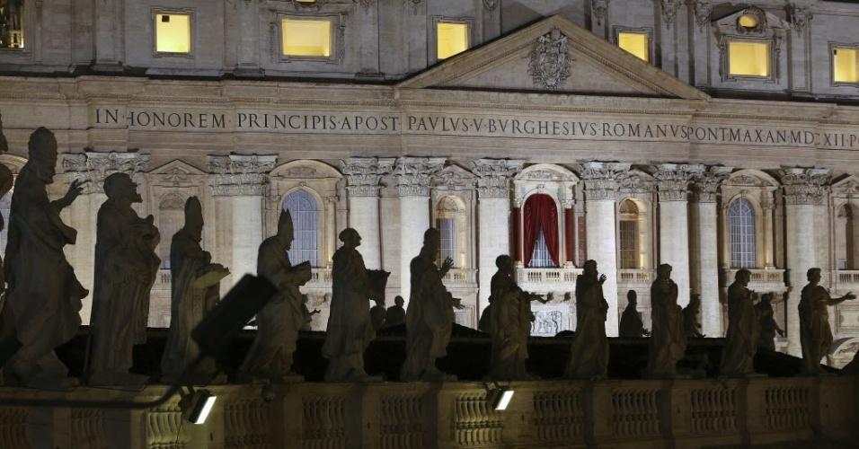 12.mar.2013 - Vista do balcão da basílica de São Pedro entre estátuas de santos da praça de São Pedro, no Vaticano, nesta terça-feira, que marca o primeiro dia do conclave