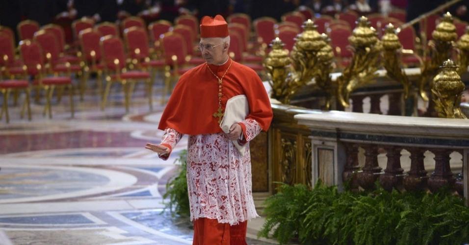 Angelo Bagnasco, cardeal da Itália, deixa a Basílica de São Pedro, no Vaticano, depois do fim da missa