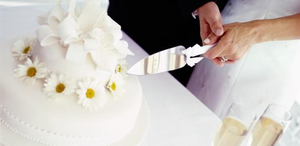 Bolo cenográfico pode levar uma camada verdadeira, garantindo a foto do casal cortando o primeiro pedaço