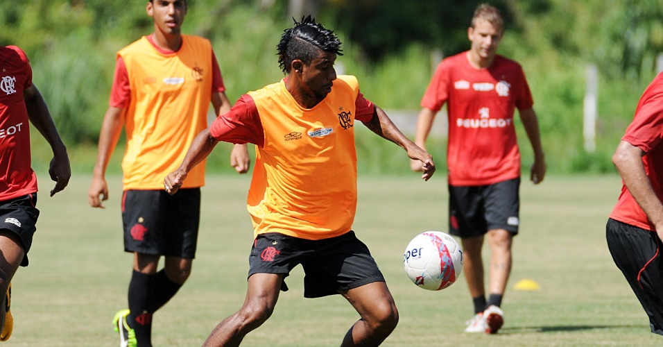 Léo Moura participa de treino no Ninho do Urubu