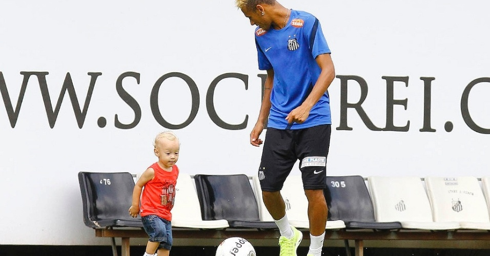 Neymar brinca com o filho Davi Lucca aps treino no CT Rei Pel