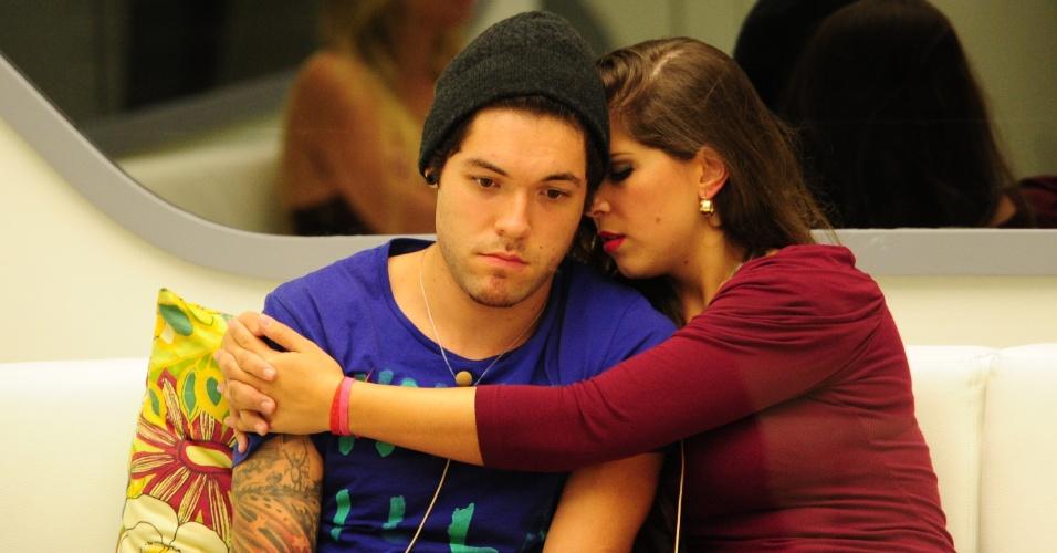 10.mar.2013 - Andressa consola Nasser após indicação dos dois para o paredão contra Kamilla