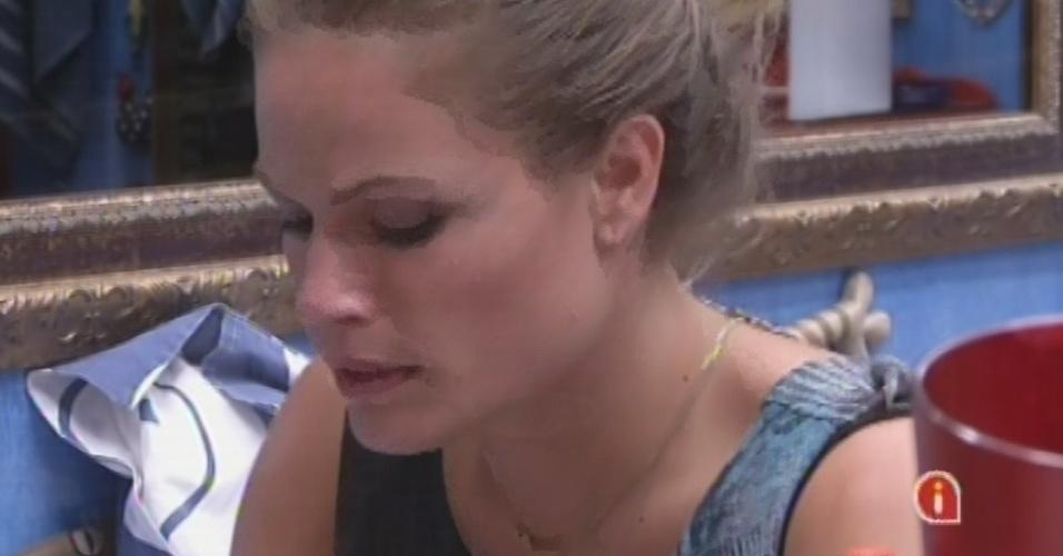 11.mar.2013 - Natália tenta consolar Fani no quarto Brechó.