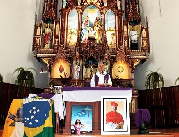 12.mar.2013 - A paróquia de Cerro Largo, no noroeste do Rio Grande do Sul, realiza missa para apoiar escolha de dom Odilo Scherer como Papa no conclave, realizado a partir desta terça-feira (12) no Vaticano
