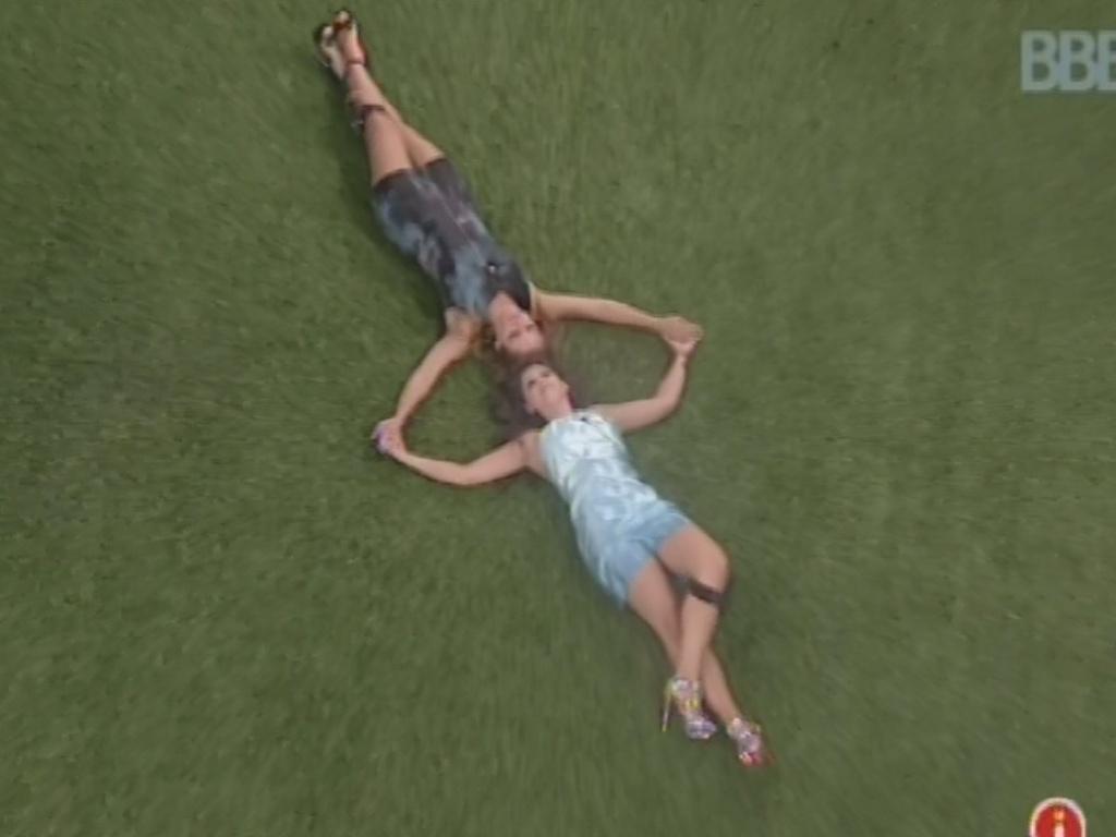 12.mar.2013 - Andressa e Natália deitam no chão e comemoram permanência da esteticista no paredão que eliminou Kamilla