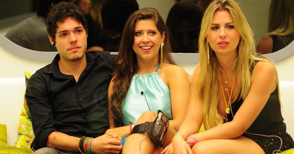 12.mar.2013 - Emparedados, Nasser e Andressa aguardam a décima eliminação do