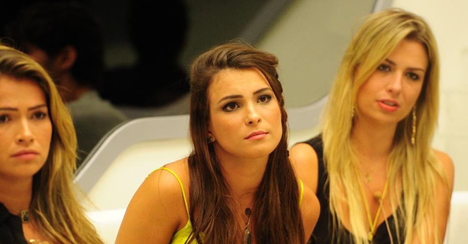 12.mar.2013 - Fani, Kamilla e Fernanda ouvem discurso de Pedro Bial antes da eliminação