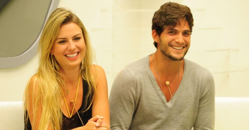 12.mar.2013 - Fernanda e André sorriem em noite de eliminação no
