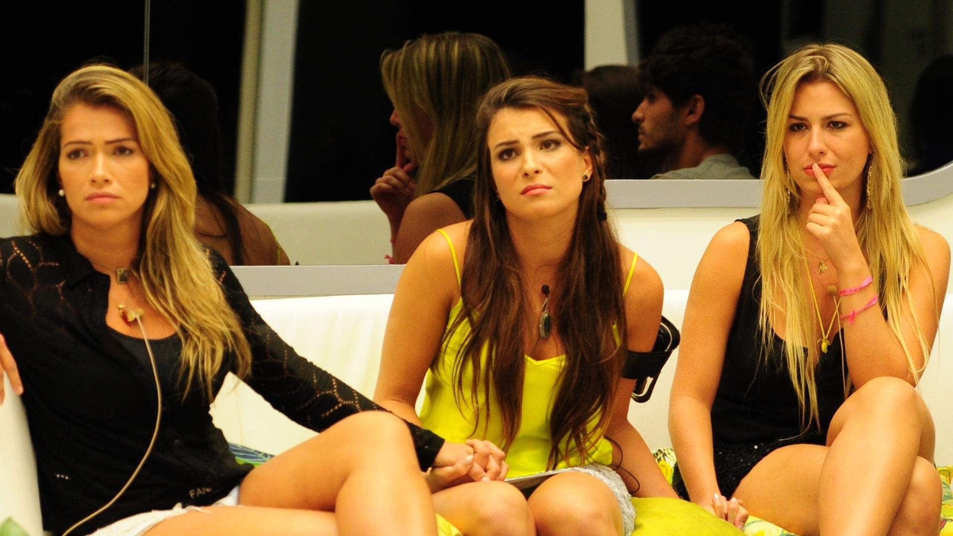 12.mar.2013 - Kamilla recebe apoio de Fani e Fernanda, suas amigas na casa, instantes antes da eliminação