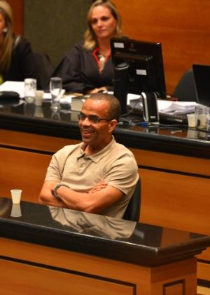 O traficante Luiz Fernando da Costa, o Fernandinho Beira-Mar (direita, de camiseta clara), ri durante seu julgamento no 4º Tribunal do Júri do Rio de Janeiro, em 2013