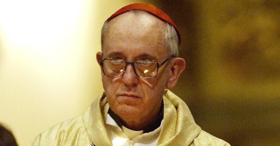 13.mar.2013 -  Foto de arquivo de 2005 mostra o então arcebispo de Buenos Aires e cardeal argentino, Jorge Mario Bergoglio, que foi escolhido como novo papa após renúncia de Bento 16