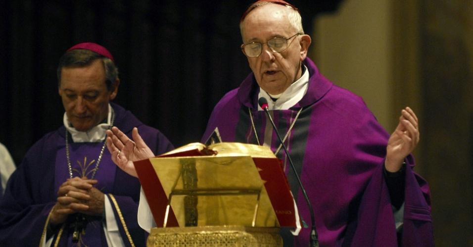 13.mar.2013 - Foto de arquivo mostra o então arcebispo argentino Jorge Mario Bergoglio celebrando uma missa