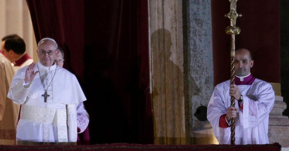 13.mar.2013 -  Papa Francisco, 76, acena para multidão na sacada da Basílica de São Pedro, no Vaticano. O cardeal argentino Jorge Mario Bergoglio foi escolhido o novo papa após dois dias de conclave