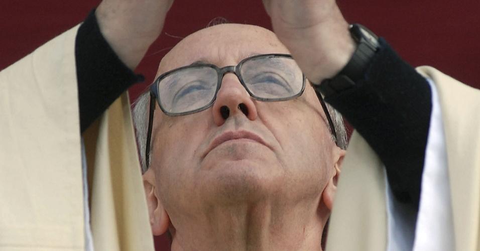 13.mar.13 - Foto de arquivo mostra o cardeal argentino Jorge Mario Bergoglio, que foi escolhido como novo papa nesta terça-feira (13)