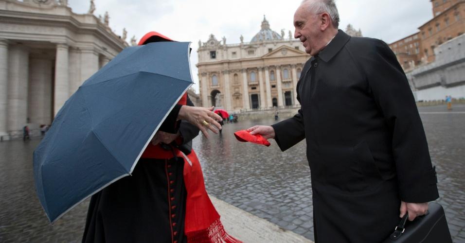 13.mar.2013 - Jorge Mario Bergoglio (à direita) cumprimenta o cardeal canadense Marc Ouellet na praça de São Pedro, no Vaticano