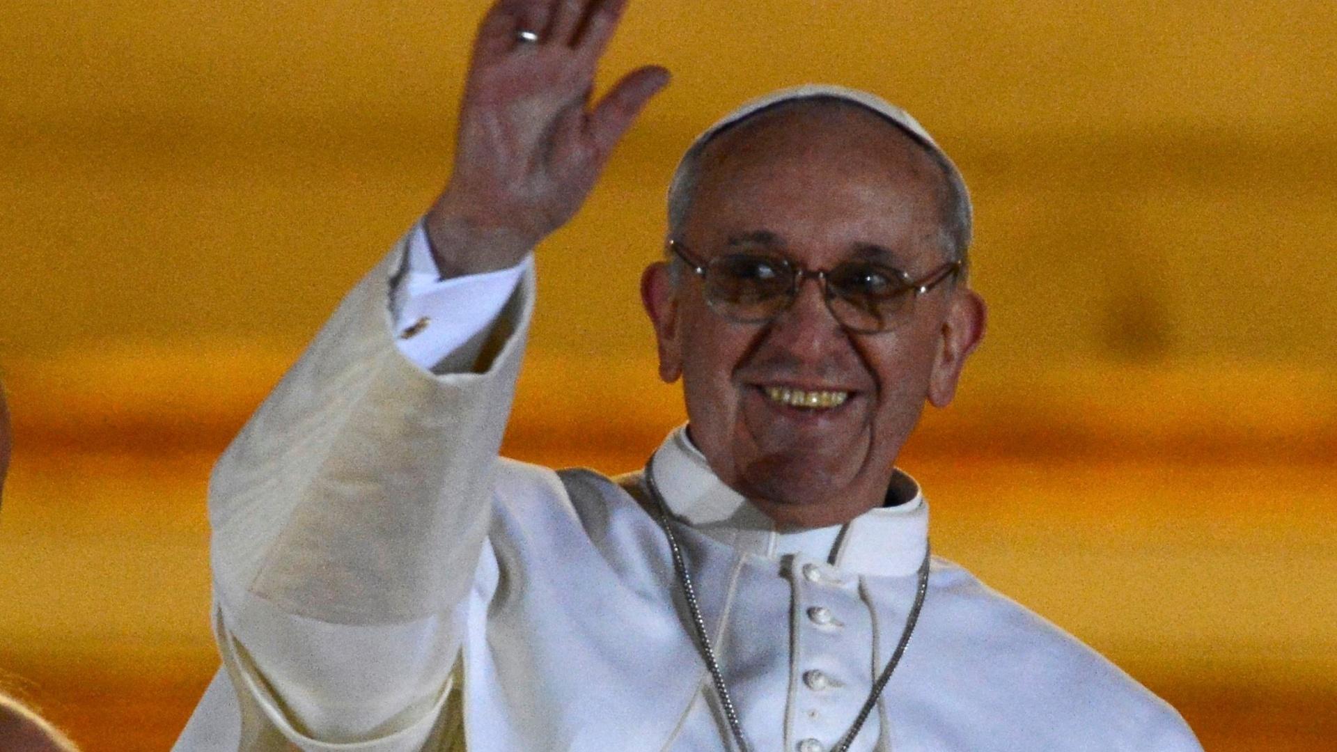 http://imguol.com/2013/03/13/13mar13---papa-francisco-1-76-sorri-e-acena-para-multidao-na-sacada-da-basilica-de-sao-pedro-no-vaticano-o-cardeal-argentino-jorge-mario-bergoglio-foi-escolhido-o-novo-papa-apos-cinco-escrutinios-1363206295925_1920x1080.jpg