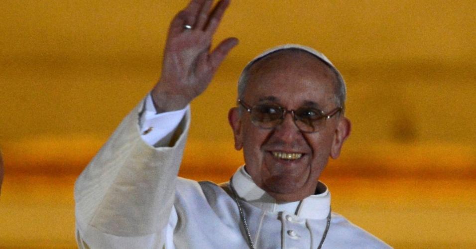 13.mar.2013 - Papa Francisco, 76, sorri e acena para multidão na sacada da Basílica de São Pedro, no Vaticano. O cardeal argentino Jorge Mario Bergoglio foi escolhido o novo papa após cinco escrutínios