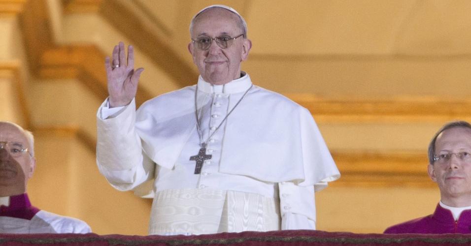 13.mar.13 - Papa Francisco acena para multidão na sacada da Basílica de São Pedro, no Vaticano, Roma. O cardeal argentino Jorge Mario Bergoglio foi escolhido o novo papa após dois dias de conclave