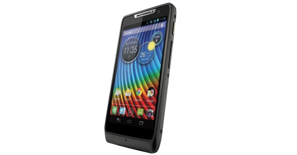 13.mar.2013 - Com características de hardware superioras ao Razr D1, o Motorola Razr D3 conta com uma tela de 4 polegadas, processador dual-core (de dois núcleos) de 1,2 GHz, duas câmeras (uma traseira de 8 megapixels e uma frontal de 1,2 megapixels), rádio FM e sistema Android na versão 4.1. O aparelho terá uma versão dual-chip e outra convencional. O preço sugerido pelo Razr D3 é R$ 799
