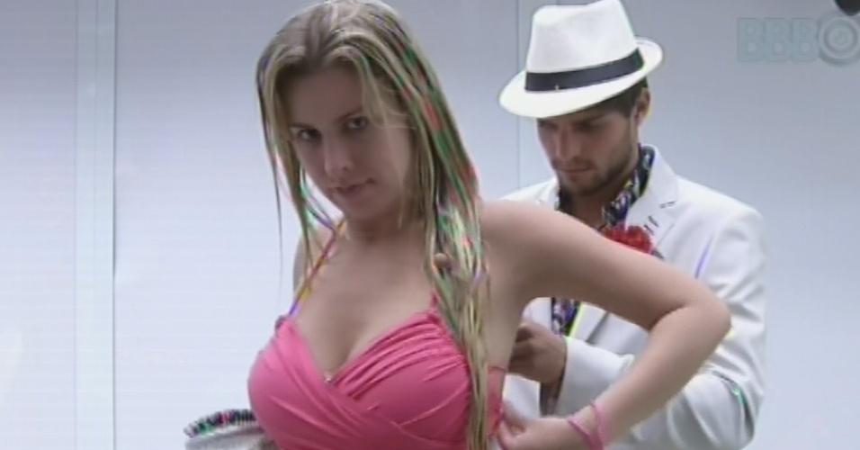 13.mar.2013 - André ajuda Fernanda a amarrar blusa do figurino da festa