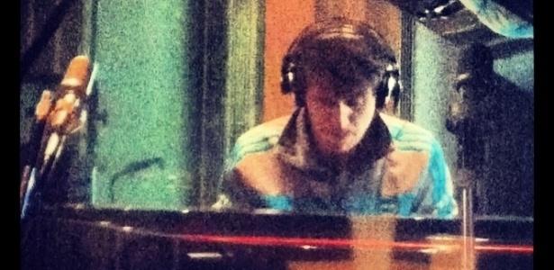 13.mar.2013 - Ao piano, integrante grava novo novo álbum da banda Vanguart