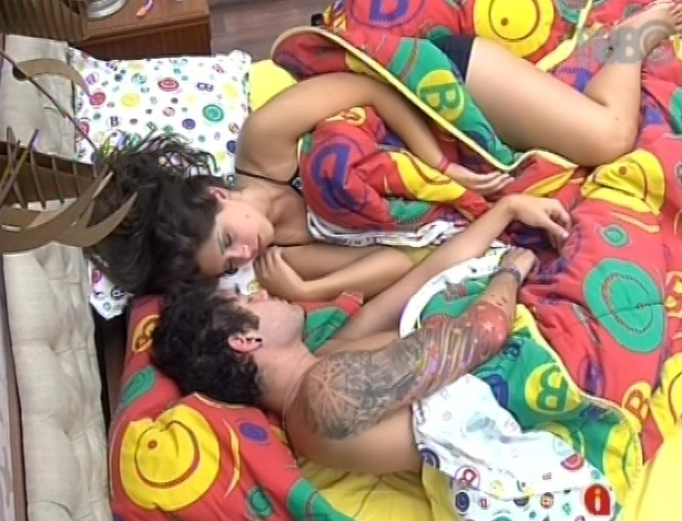 13.mar.2013 - Após retornar do paredão, o casal Nasser e Andressa acordou por volta de meio-dia