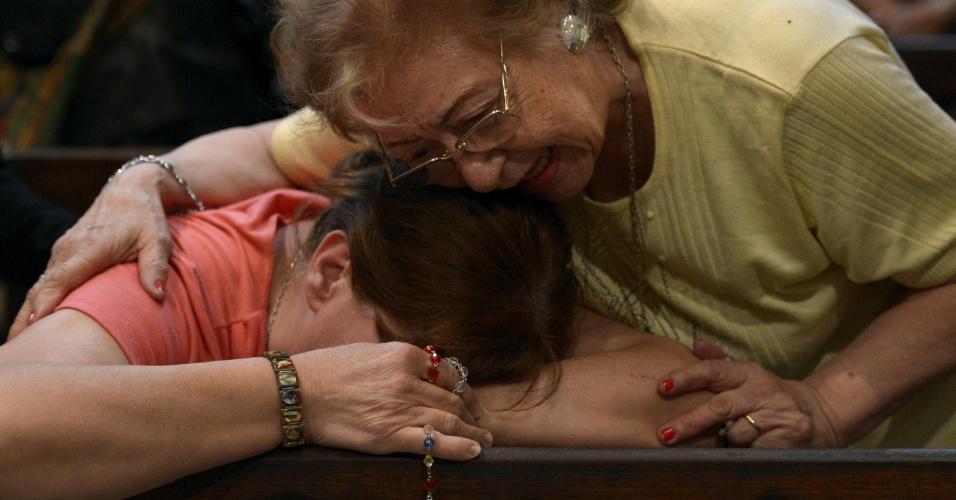 13.mar.2013 - Argentinas se emocionam ao saberem da nomeação do cardeal argentino Jorge Mario Bergoglio como o novo papa da Igreja Católica, na Catedral Metropolitana em Buenos Aires, Argentina. Nomeado Francisco 1º, o pontífice é o primeiro papa de origem latino americana