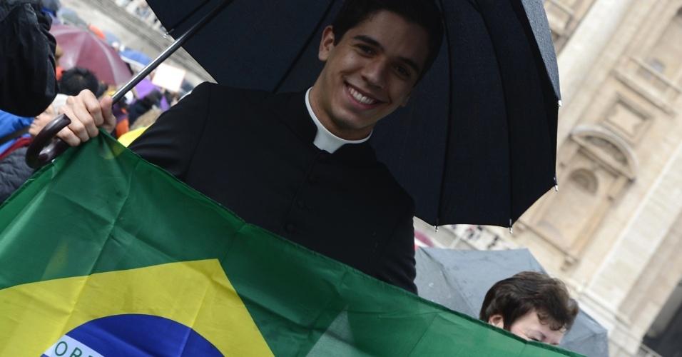 13.mar.2013 - Brasileiro marca presença no Vaticano para acompanhar o resultado das votações do segundo dia do conclave