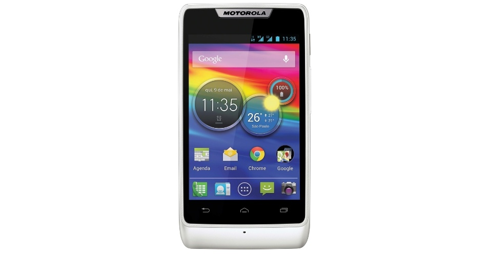 13.mar.2013 - A Motorola apresentou o smartphone Razr D1 ao mercado brasileiro nesta quarta. O aparelho tem uma tela de 3,5 polegadas, processador de 1 GHz, câmera de 5 megapixels, sistema Android 4.1, rádio FM e 4 GB de memória (expansível até 32 GB). O telefone inteligente terá versões que suportam um ou dois chips e modelos com e sem recurso de TV. A versão com suporte a dois chips e TV tem preço sugerido de R$549