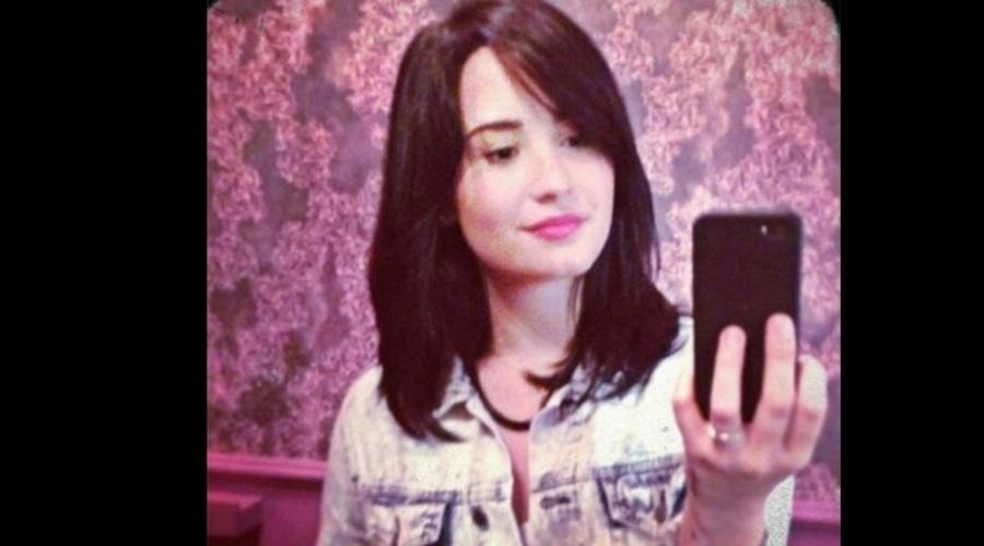 """13.mar.2013 - Demi Lovato cortou os cabelos e divulgou o resultado por meio de sua página do Twitter. """"Novo cabelo"""", escreveu a cantora no microblog"""