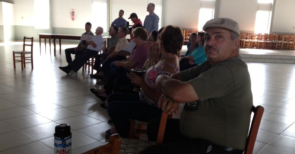 13.mar.2013 - Familiares de dom Odilo Scherer aguardam anuncio de novo papa em Cerro Largo (RS). O arcebispo da Arquidiocese de São Paulo é um dos nomes mais cotados para ser o substítuto de Bento 16