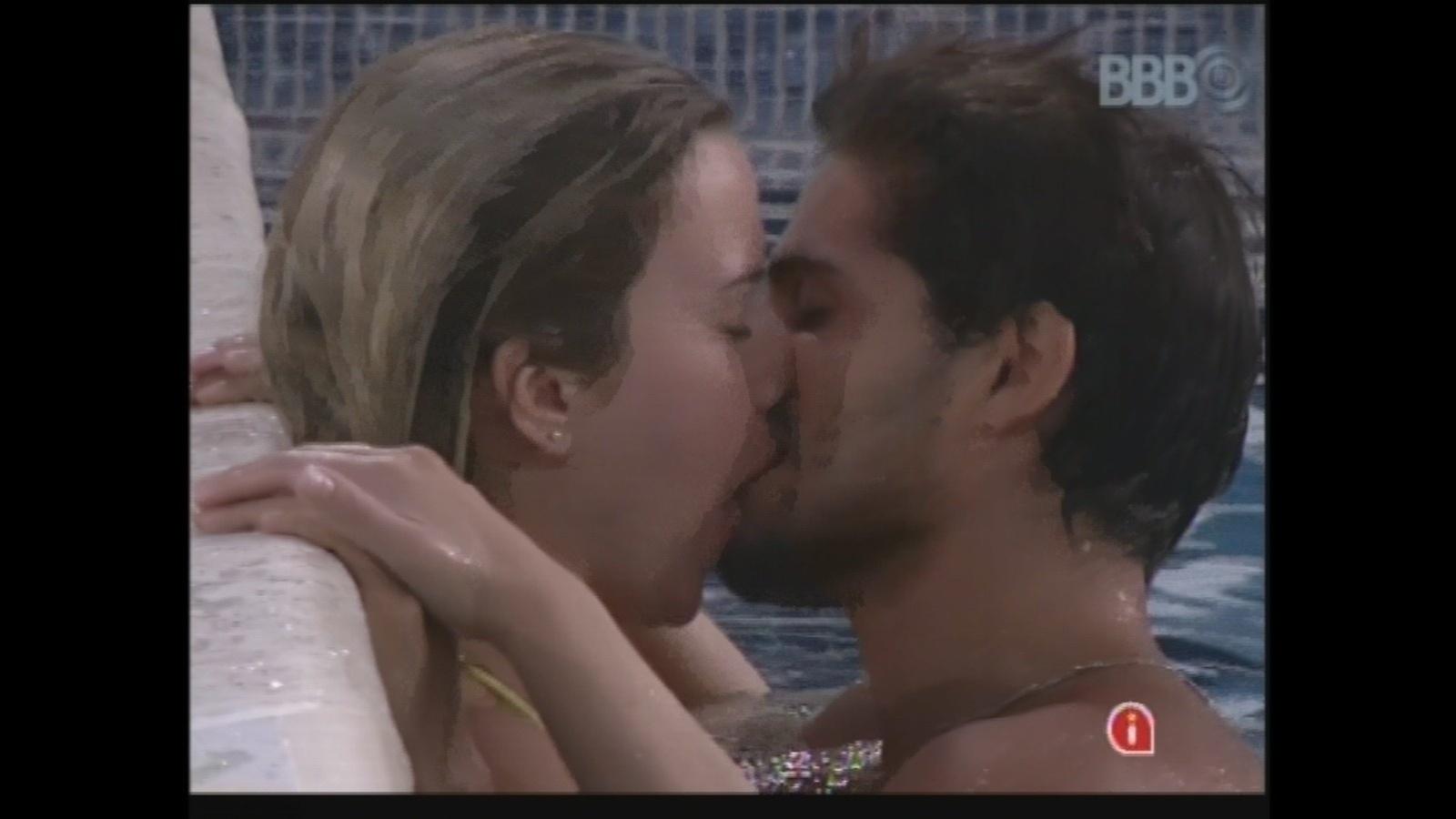 13.mar.2013 - Fernanda e André trocam beijos na piscina