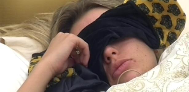 13.mar.2013 - Fernanda volta para cama após acordar na manhã desta quarta-feira