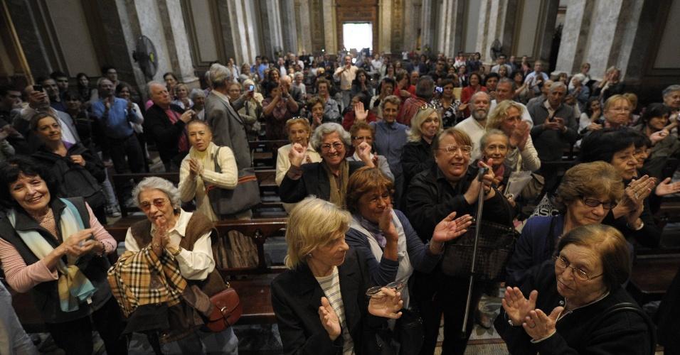 13.mar.2013 - Fiéis argentinos celebram a nomeação do cardeal argentino Jorge Mario Bergoglio como o novo papa da Igreja Católica na Catedral Metropolitana em Buenos Aires, Argentina. Nomeado Francisco 1º, o pontífice é o primeiro papa de origem latino americana