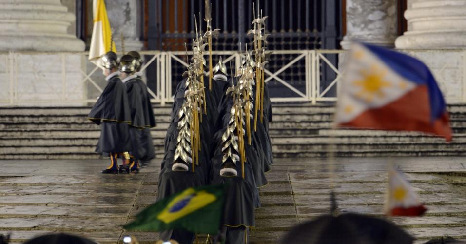 13.mar.2013 - Guarda suíça marcha após a fumaça branca ter sido expelida da chaminé da Capela Sistina, no Vaticano,  o que indica que o novo papa foi escolhido. Uma multidão de milhares de pessoas assistem a  cerimônia na praça São Pedro e aguardam a nomeação do novo pontífice