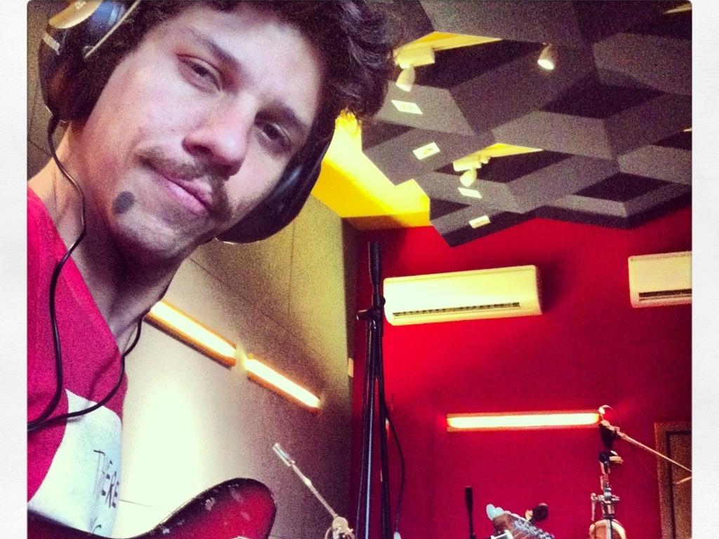 13.mar.2013 - Helio Flanders, vocalista da Vanguart, grava as bases sonoras do novo disco da banda, que deverá ser lançado em julho