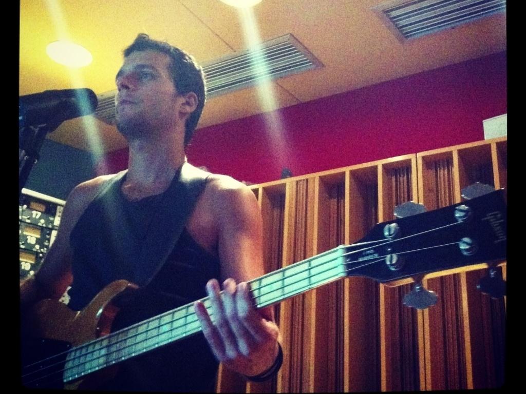 13.mar.2013 - Integrante da Vanguart grava com instrumentos novo disco da banda