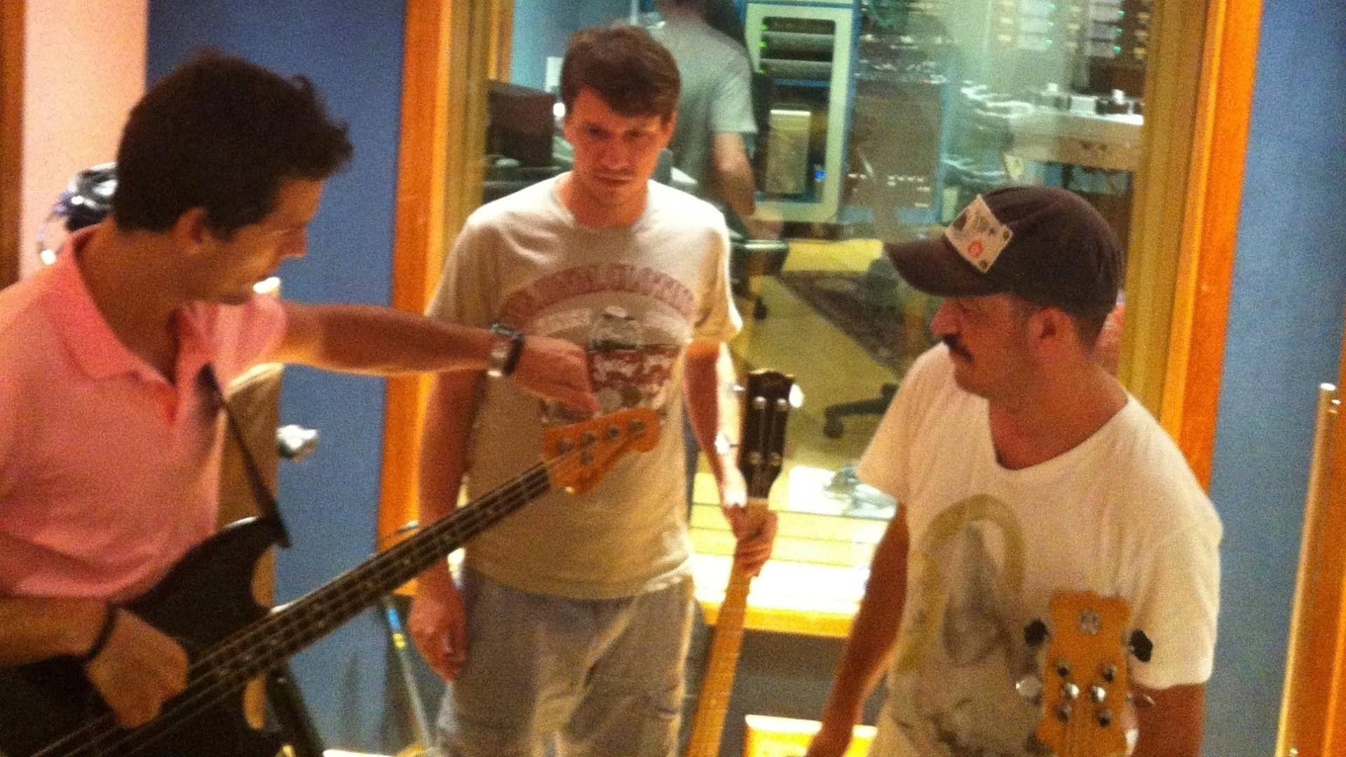 13.mar.2013 - Integrantes da Vanguart afinam os equipamentos durante gravação do 3º álbum da banda