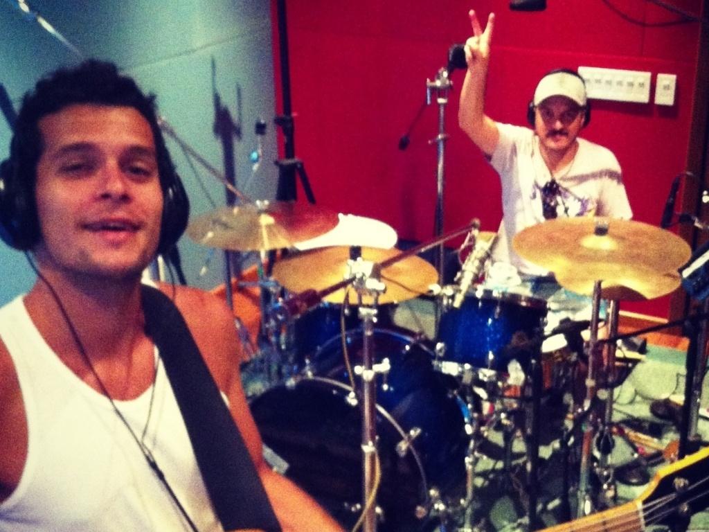 13.mar.2013 - Já em estúdio, integrantes gravam as bases musicais para o novo álbum da banda, que deverá ser lançado em julho