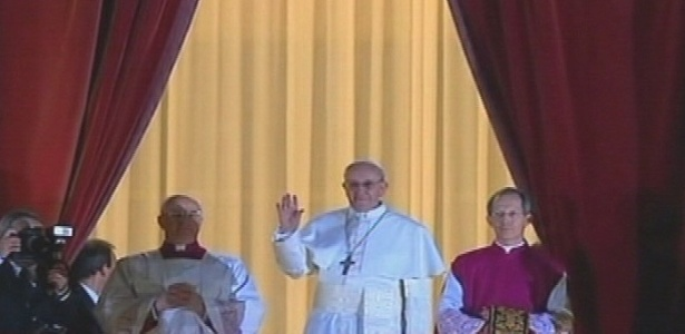 O cardeal argentino Jorge Mario Bergoglio (centro) foi eleito nesta 4ª (13) o novo papa da Igreja Católica