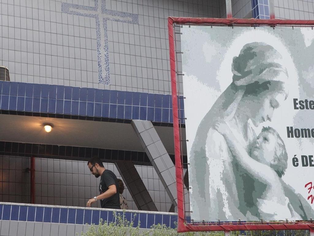 13.mar.2013 - O ator Paulo Vilhena, que era amigo de Chorão, comparece à missa organizada pela ex-mulher do cantor na igreja Nossa Senhora do Carmo, na Ponta da Praia, em Santos