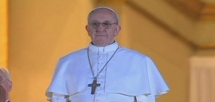 13.mar.2013 - O cardeal argentino Jorge Mario Bergolio aparece na sacada da basílica de São Pedro, no Vaticano, como o novo papa da Igreja Católica